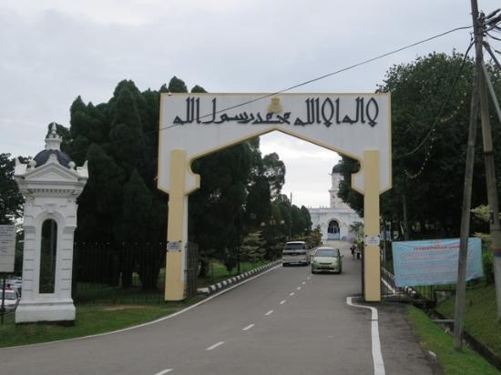 Sultan Abu Bakar Mosque: モスクの入り口。車でもOK