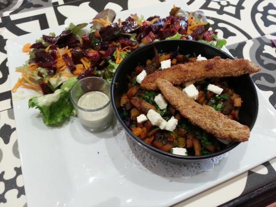 Saint Aunes, Francia: Salade du chef, filets de poulet panés, courge butternut, fêta et herbes fraîches
