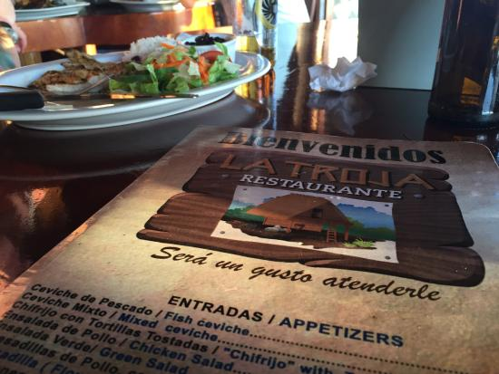 Tilarán, Costa Rica: Menu with grilled chicken in the background
