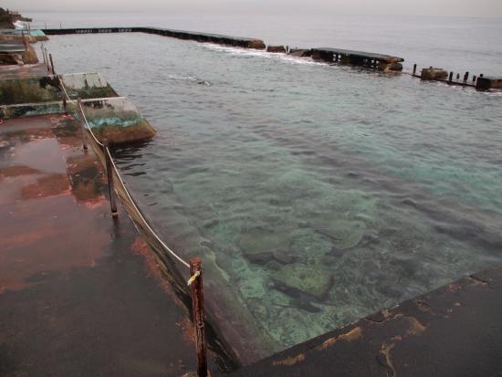 Piscina artificial de agua marina picture of be live for Cubas de agua para llenar piscinas