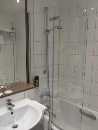 Dusche, Glasabtrennung, Waschbecken - Bild von Manhattan Hotel ...