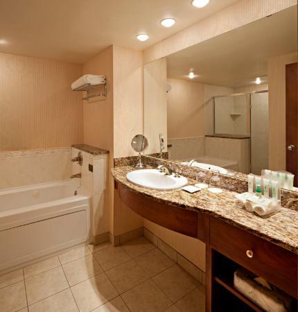 Delta Banff Royal Canadian Lodge: Junior Suite Bathroom