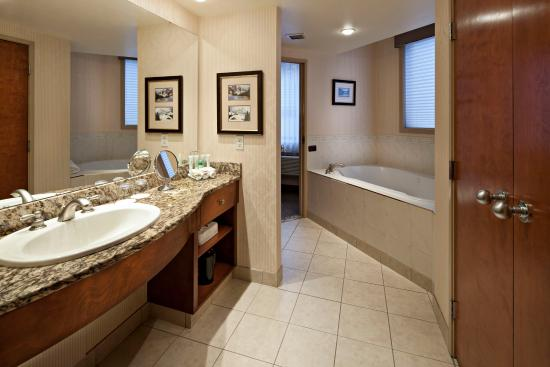 Delta Banff Royal Canadian Lodge: Executive King Suite Bathroom