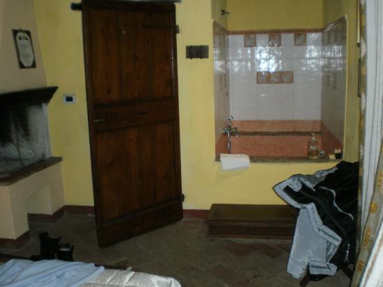Magione, Ιταλία: bella la vasca in camera