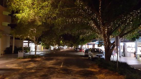 Noosa, Austrália: Tree lined street of boutique shops