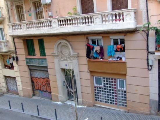Vivobarcelona Apartments: View of Salva street from our room.
