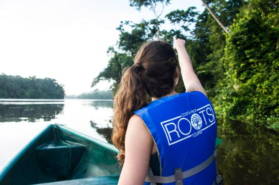 Tortuguero, Costa Rica: chica en canoa