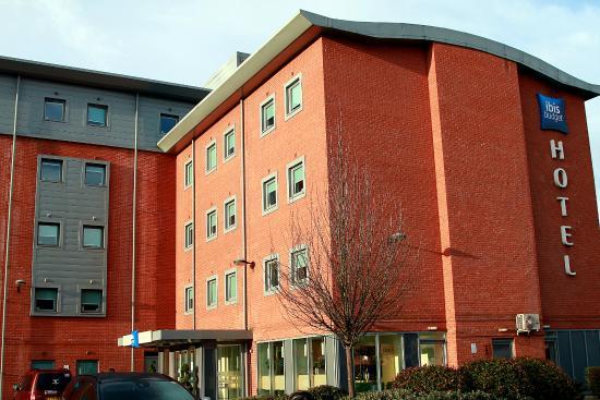 Hotel ibis budget Sheffield Arena: The car park & entrance