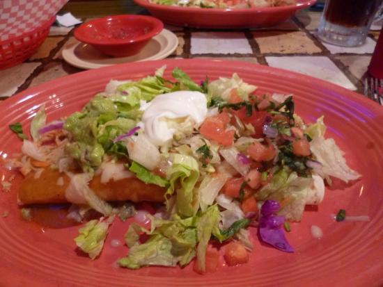 Porto Santo Joe, Flórida: Guadalajara combo plate - 1 chicken burrito, 1 chicken enchilada, salad, guacamole and sour crea