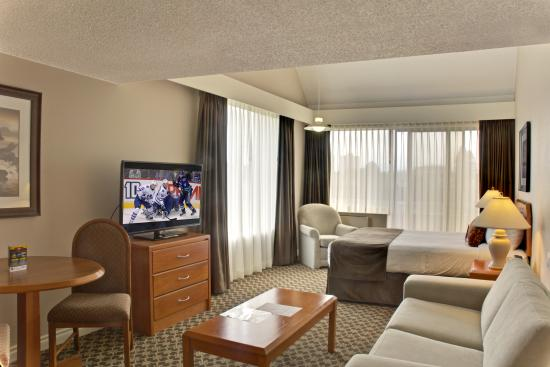 Embassy Inn: Studio Suite with 1 Queen Bed, Kitchen and Sitting Area