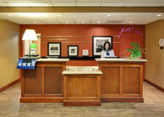Hampton Inn & Suites Windsor - Sonoma Wine Country: Front Desk