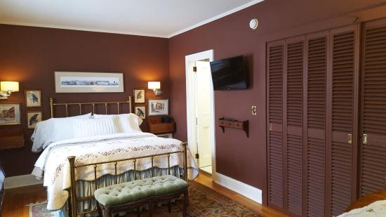 The White House Inn: The Brown Room