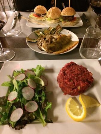 Doc - The Burger House: Tartare di cavallo, verdure grigliate, tre mini hamburger