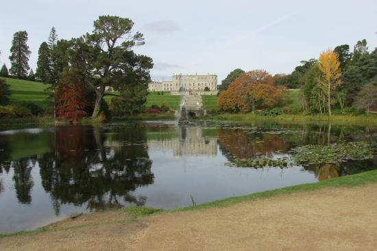 Enniskerry, Irlanda: I love the fall colors and the reflection in the lake.