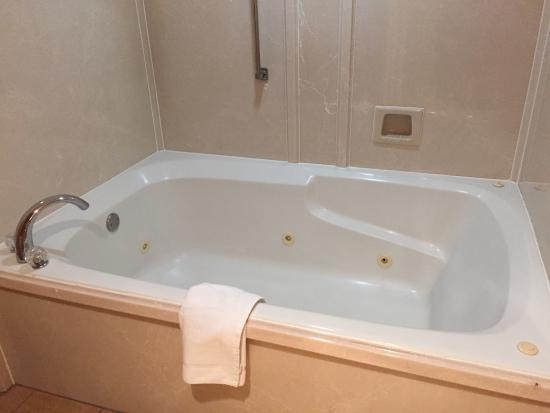 Days Inn U0026 Suites By Wyndham Tyler: Jet Tub