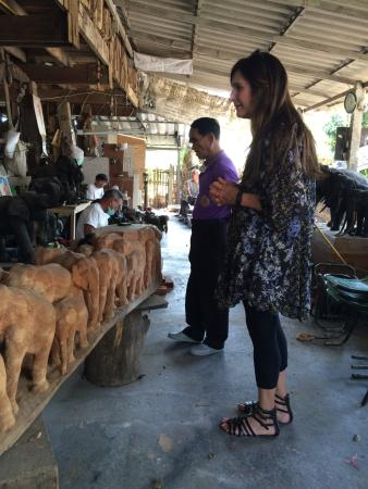 San Kamphaeng, Tailandia: The brother of the founder and Kathy with carving artists in the back ground