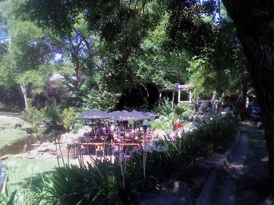 The Bridgewater Inn: The Al Fresco eating area just steps away from the natural water way, Cox Creek.