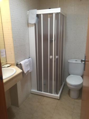 Bilbao Jardines Hotel : トイレとシャワー