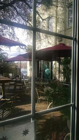 Lake Alfred, ฟลอริด้า: Look through any window ~ grill and courtyard dining