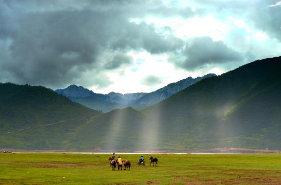 Shangri-La County (เชตปกครองแชงกรี-ลา), จีน: Beautiful sun ray in the afternoon