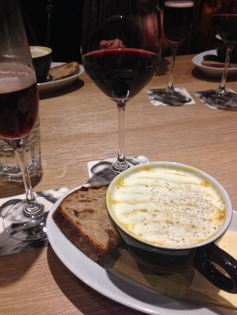 Thun, Schweiz: Delicious soup with a glass of good red wine