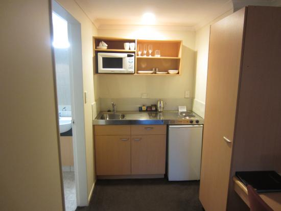 Harbour City Motor Inn: Small kitchen area with fridge