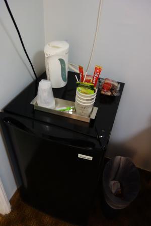 Jerry's Motel: 房內有附兩個 muffin、咖啡跟綠茶,有快煮壺!