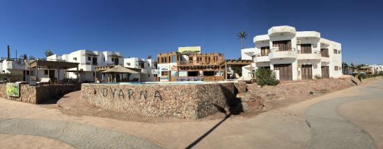 Dyarna Hotel: Panorama of hotel from beach looking back to rooms and pool