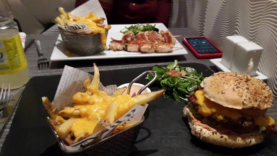 كوربفوا, فرنسا: Hamburger vs Grillades (+ Cheese fries)