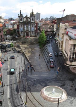 Porto District, Portugal: Vista de la iglesia y su entorno, en la plaza de la Batalla