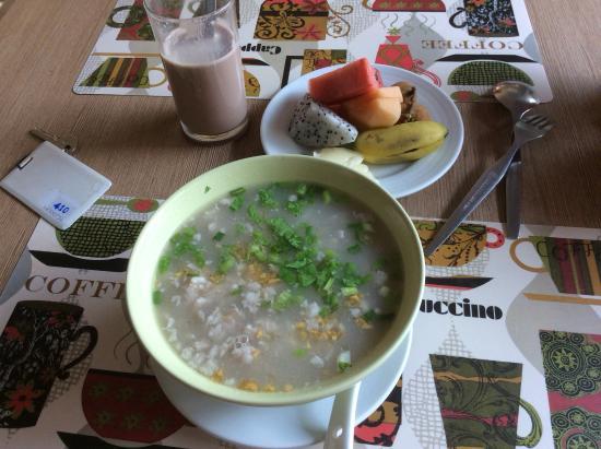 Bangkok Loft Inn: 朝ごはん雑炊