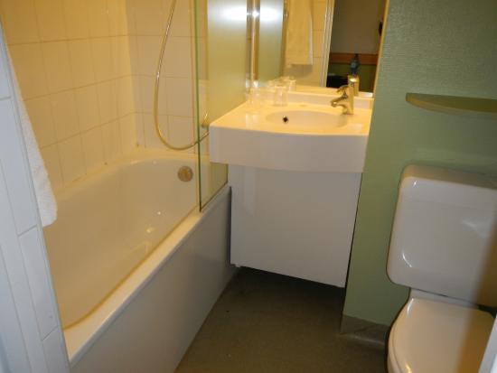 salle de bain et wc - picture of ibis budget paris porte de ... - Budget Salle De Bain