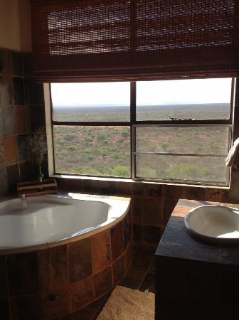 Aloegrove Safari Lodge: Bathroom with Shower and Bath and VIEW