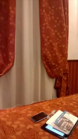 Hotel Best Roma: Not much room around the bed!