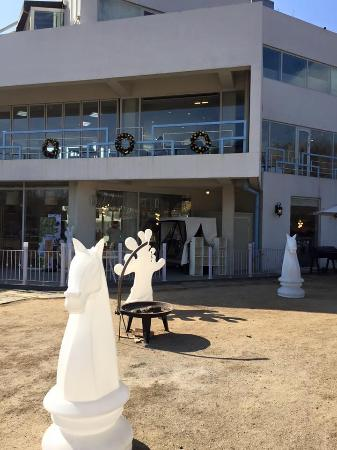 Paju, Güney Kore: Chess pieces outside a cafe