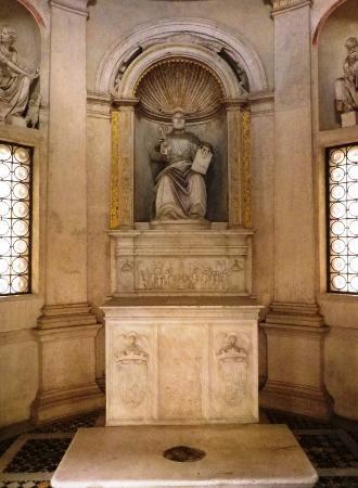 La statua di san pietro all 39 interno del tempio del for Interno san pietro
