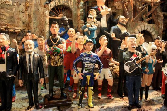 Statuine di personaggi famosi in via San Gregorio Armeno  fotografía ... 28744b2d7b2e9