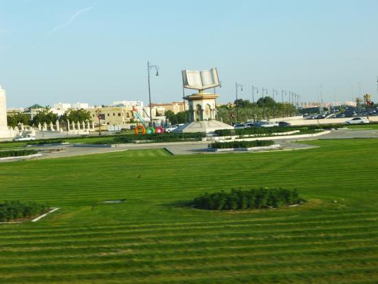 Emirate of Sharjah, Emirados Árabes: Памятник корану в Шардже.