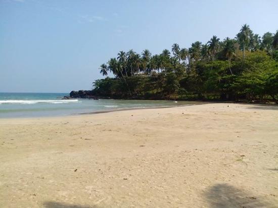 Kadolana Beach Resort: The rocky part of the beach
