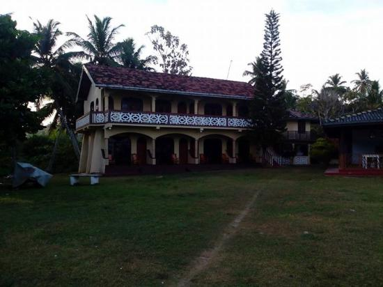 Kadolana Beach Resort : A really authentic tea plantation-style guest house on the most secluded beach