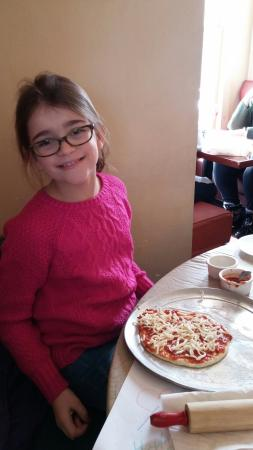 Pittsfield, Ιλινόις: Brooklyn making her pizza.