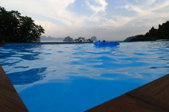 Koh Ngai Cliff Beach Resort: Pool view!