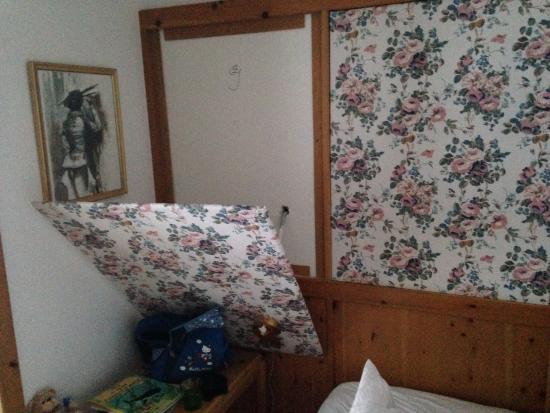 Hotel Bergwelt: Um 4h fiel dieses Holzpanel (7,6kg) von der Wand. Möglicher Schaden: Schwere Kopfverletzung.