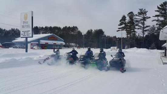 Deep River, Kanada: GUEST WITH SNOW MOBILE
