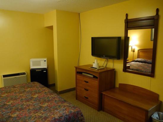 Tappahannock, VA: King Guest Room with  with Mini Fridge & Microwave