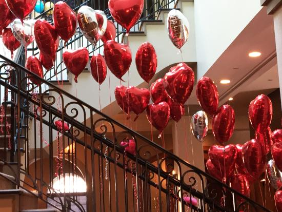 อัลฟาเรตตา, จอร์เจีย: Heart shaped balloons cascading down winding staircase to celebrate Valentine's Day!