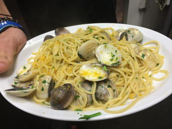Pero, Italië: Dolce della casa spaghetti vongole bottarga solo da Lorenzo il numero uno