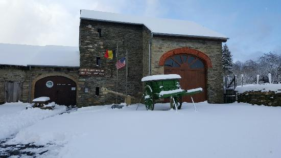 Vielsalm, Belgien: Entrée et parking du musée - Photo : P. Hanssens - Dec. 2015