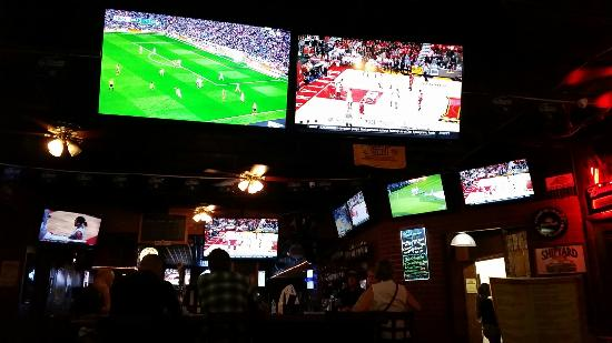 Miami Springs, فلوريدا: Tons of Tv's for watching all the sport you can want.   They even had my home team on!