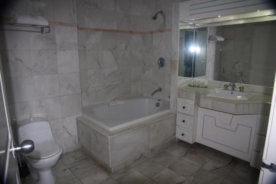 Sapphire Beach Club Resort: spacieuse salle de bain